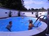 Almas familj har pool som många passade på att doppa sig i.