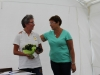 Sekreterare Ingela +Âverraskar ordf+Ârande Bettan med blomma och ett underbart halsband.